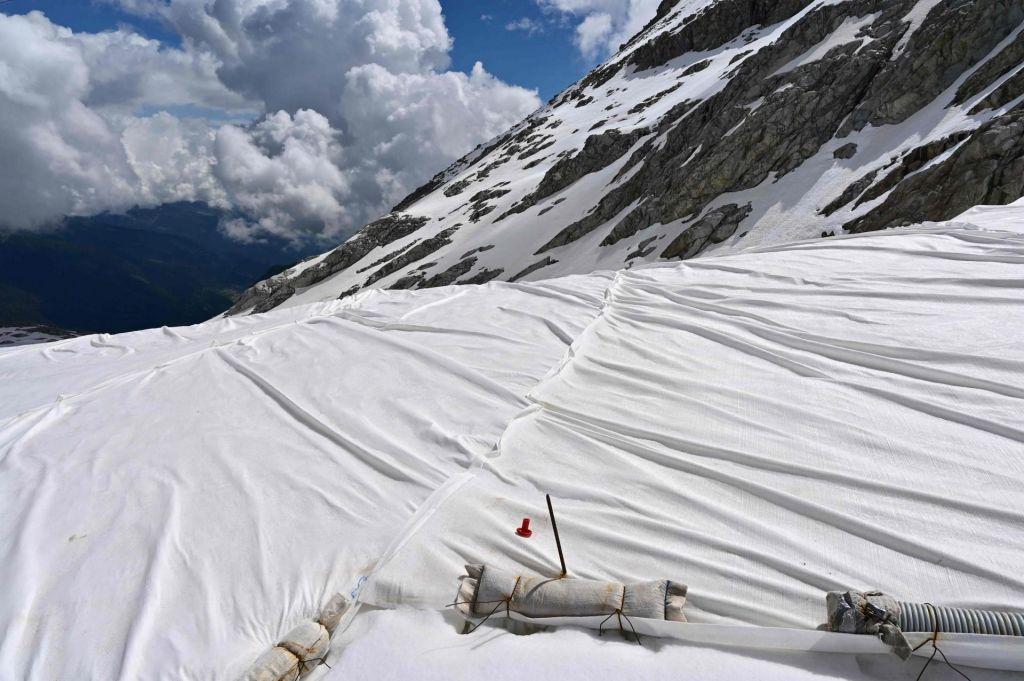 FOTO:Bele ponjave za zaščito ledenika