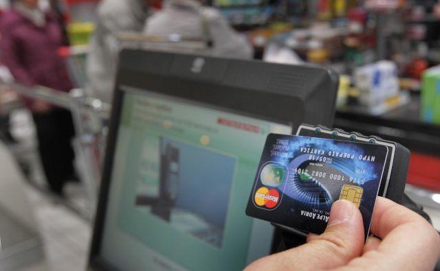 Potrošniki so preventivno več plačevali s karticami kakor z gotovino. FOTO: Ljubo Vukelič/Delo