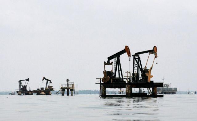 Tudi če bi se industrijska proizvodnja po svetu hitro vrnila v stare tirnice, se povpraševanje po nafti še vedno ne bi vrnilo na ravni pred pandemijo. FOTO: Isaac Urrutia/Reuters