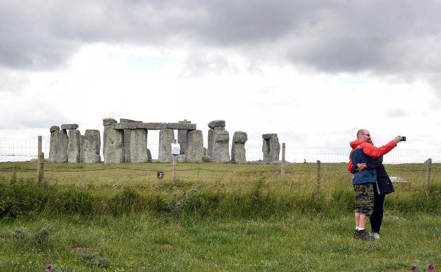 Odkritje arheologov z univerz St. Andrews, Birmingham, Warwick, Glasgow in Galles Trinity Saint David znova odpira tudi vprašanje funkcije samega Stonehengea. FOTO: Toby Melville/Reuters