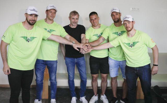 Hokejisti Olimpije z novim trenerjem Ivom Janom, v sredini, napeto pričakujejo izzive v novi sezoni. FOTO: Uroš Hočevar