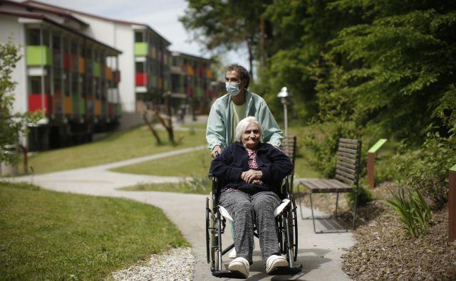 V zavodih in strokovnih združenjih že več let opozarjajo na pomanjkanje kadra v domovih za starostnike. Foto Jure Eržen