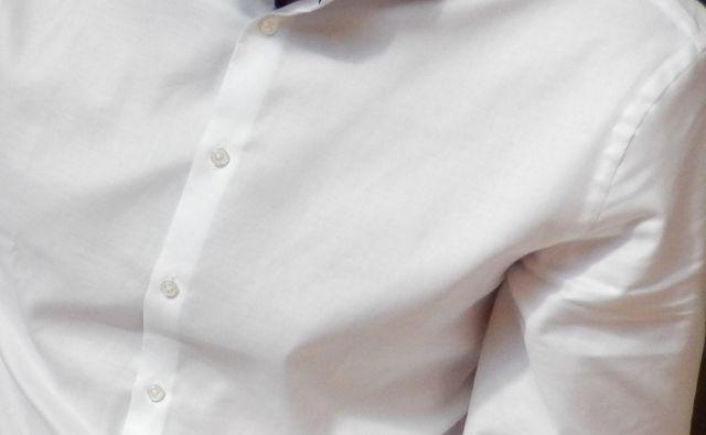Pred sto leti srajce niso imele gumbov na sprednji strani, moški so si jih nadeli čez glavo. Fotografija je simbolna. FOTO: M. Bi.