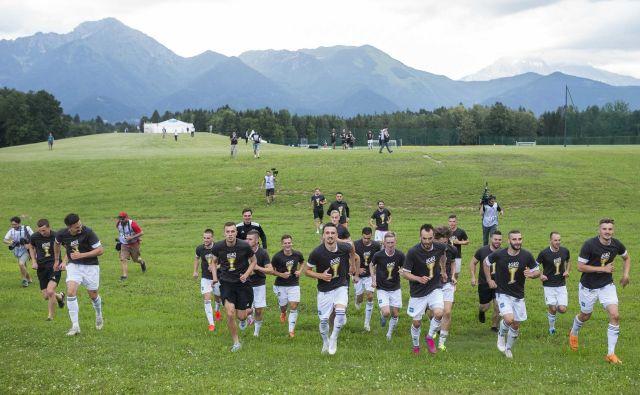 Nogometaši Mure so po pokalnem zmagoslavju na Brdu stekli tudi do najbolj zvestih navijačev, ki so jih spodbujali za ograjo NNC Brdo. FOTO: Jure Banfi/Sobotainfo