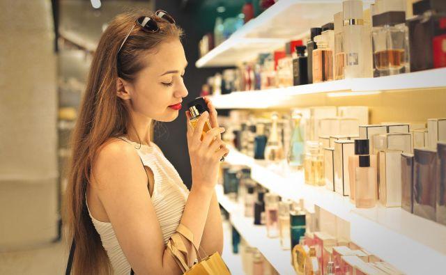 Kupci, še posebno mlajši, imajo pogosto pozitiven odnos do ponarejenega blaga, čeprav se zavedajo njegove kratkotrajnosti in cenenosti. Tudi ponarejeni parfumi so priljubljeni. FOTO: Shutterstock