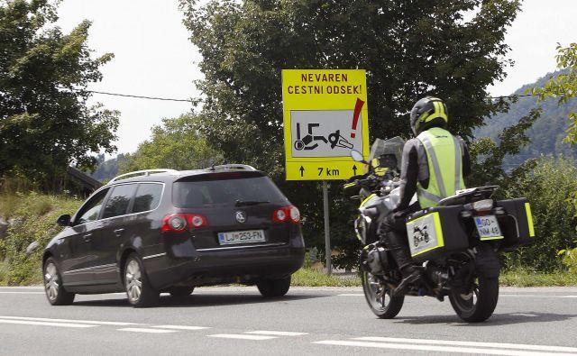 Motorist morajo biti pozorni na razmere na cesti, dobro je če je njihova zaščitna opreme dobo vidna. Nanje morajo paziti tudi avtomobilisti, med drugin z opazovanjem skozi vsa ogledala.<br /> Foto Mavric Pivk/Delo
