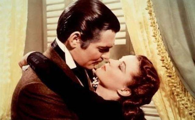 Skoraj štiriurno filmsko sago<em> </em><em>V vrtincu</em> je posnel Victor Fleming, glavna junaka sta Scarlett O&#39;Hara (Vivien Leigh) in Rhett Butler (Clark Gable).
