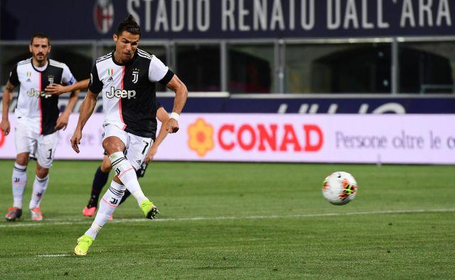 V Bologni je Cristiano Ronaldo po svojem osmem golu z enajstih metrov v tej sezoni v serie A prekosil tudi doslej najučinkovitejšega rojaka v zgodovini italijanskega prvenstva Ruia Costo. FOTO: Miguel Medina/AFP
