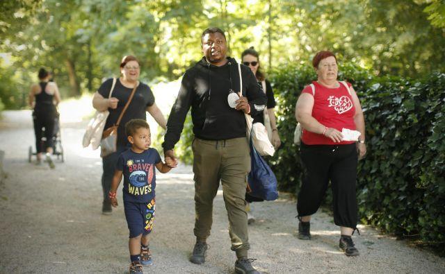 Solidarnostni pohod na Rožnik z begunci in migranti. FOTO: Jure Eržen/Delo