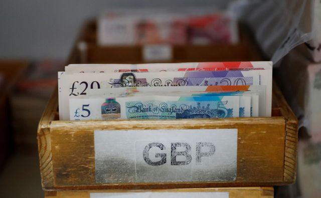 Tudi britanski denar je žrtev brexita. FOTO: Leonhard Foeger/Reuters