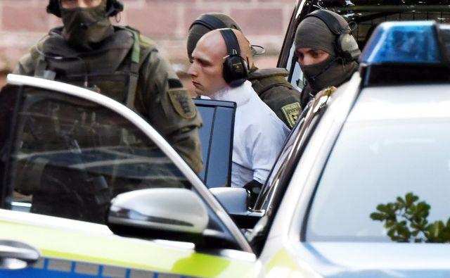 Zafrustrirani, z računalniki obsedeni 27-letnik Stephan Balliet, ki živi pri materi, je osumljen za lanski smrtonosni antisemitski napad v vzhodnonemškem mestu Halle. V napadu sta umrla dva človeka, a za nemško oblast to ni terorizem. FOTO: Uli Deck/Afp