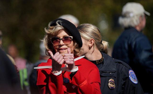 Jane Fonda je aktivistka proti vojnam in ameriškim intervencijam, nasilju, diskriminaciji žensk, lani je stopila v ospredje s podporo mladim za podnebno pravičnost, po smrti Georgea Floyda še glasneje protestira proti rasizmu in je znana kot velika nasprotnica ameriškega predsednika Donalda Trumpa. Foto Sarah Silbiger/ Reuters