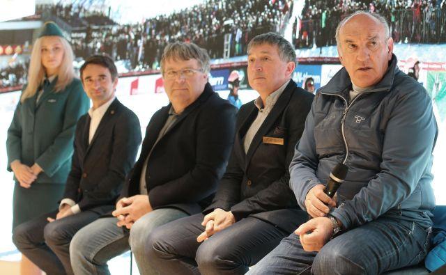Jelka Grosa (drugi z desne) najbrž ne bo mogel rešiti niti dolgoletni funkcionar Ljubo Jasnič (desno). FOTO: Tomi Lombar