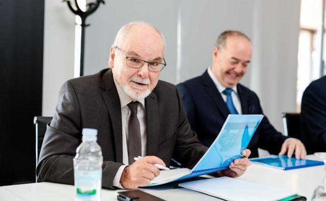 Roland Dilmetz, predsednik nadzornega sveta hrvaškega Tokića, je vso kariero dejaven na trgu avtomobilskih delov. Doma je iz ene od prestolnic nemške avtomobilske industrije, Stuttgarta, in je prepričan, da je povezovanje malih in srednjih družb edina pot preživetja. Poleg njega sedi Ilija Tokić, ustanovitelj družbe Tokić. FOTO:Slaven Jandjel