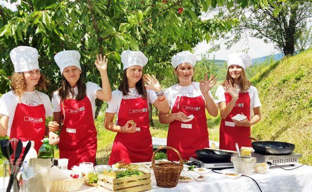 Projekt Kuhnapato slovenske osnovnošolce uči kuharskih veščin. FOTO: SPAR
