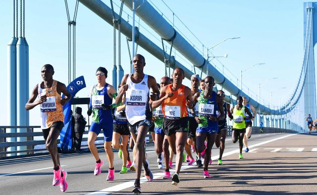 "(FILES) In this file photo runners cross the Verrazzano-Narrows Bridge during the 2019 TCS New York City Marathon in New York on November 3, 2019. - New York's famed marathon planned for November 1, 2020 has been cancelled due to the coronavirus pandemic, organizers said June 24, 2020. Calling the cancellation ""incredibly disappointing,"" Michael Capiraso, head of the New York Road Runners organization, said ""it was clearly the course we needed to follow from a health and safety perspective."" (Photo by Johannes EISELE / AFP) Foto Johannes Eisele Afp"