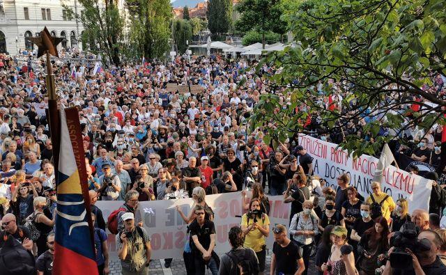 Udeleženci alternativne proslave so napolnili Prešernov trg. FOTO: Jože Suhadolnik/Delo
