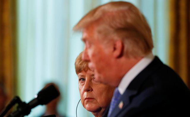 Kanclerka Angela Merkel po mnenju nekaterih ravna prav, ko se ne odziva na Trumpove najave in grožnje. Foto Brian Snyder/Reuters