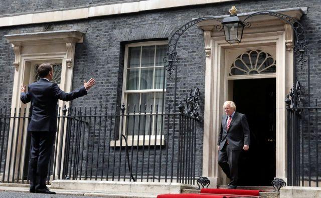 Francoski predsednik Emmanuel Macron in britanski premier Boris Johnson junija 2020 v Londonu<br /> Foto Hannah Mckay/Reuters