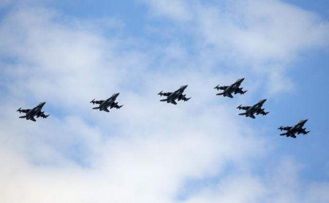 Prelet letal F16 1. junija v znak konca epidemije. Zdaj se vračamo v čas razkuževanja rok in redne uporabe mask. FOTO: Matej Družnik/Delo