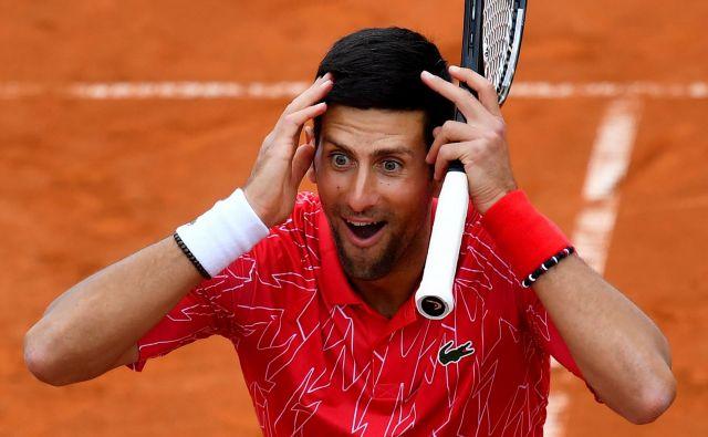 Novaku Đokoviću v teh dneh ni lahko, nima zadovoljivih argumentov za odgovor na kritike. FOTO: AFP