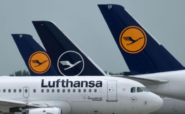 Lufthansa, ki daje delo 138.000 ljudem, je zunaj nevarnosti stečaja. FOTO: Christof Stache/AFP