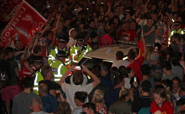 Navijačem Liverpoola je bilo kaj mar za pozive o tem, da naj se držijo navodil o druženju na varni razdalji. Nogometni naslov nagleškega prvaka, prvega po 30 letih je za dan ali dva odvrgel vse skrbi. FOTO: Molly Darlington/Reuters