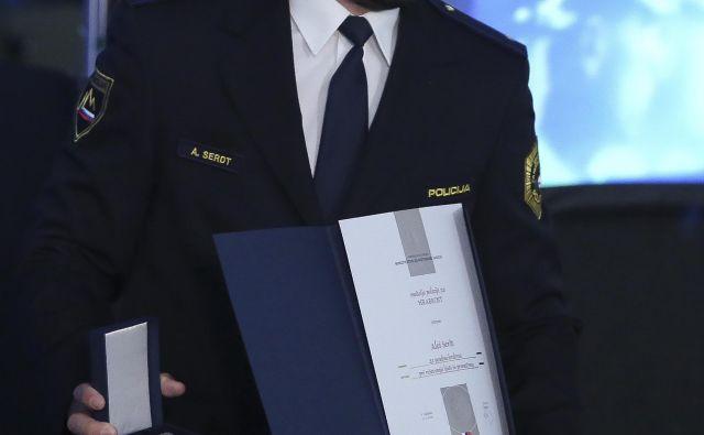 Aleš Serdt prejema Medaljo za hrabrost za posredovanje ob požaru. FOTO: Jože Suhadolnik/Delo