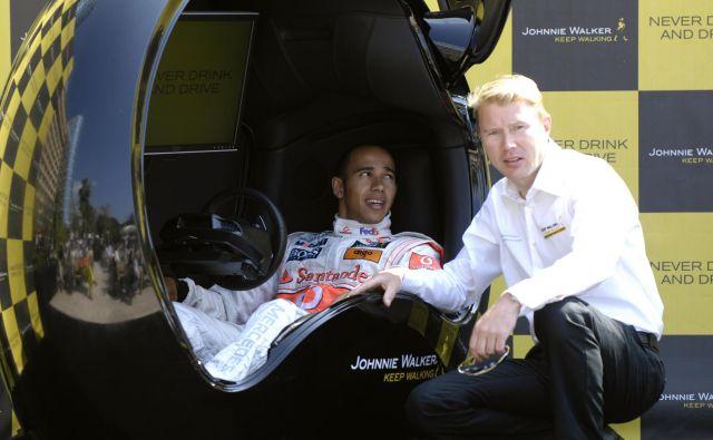 Mika Häkkinen (desno) tudi v novi sezoni pričakuje veliko od Lewisa Hamiltona (levo). Foto Reuters