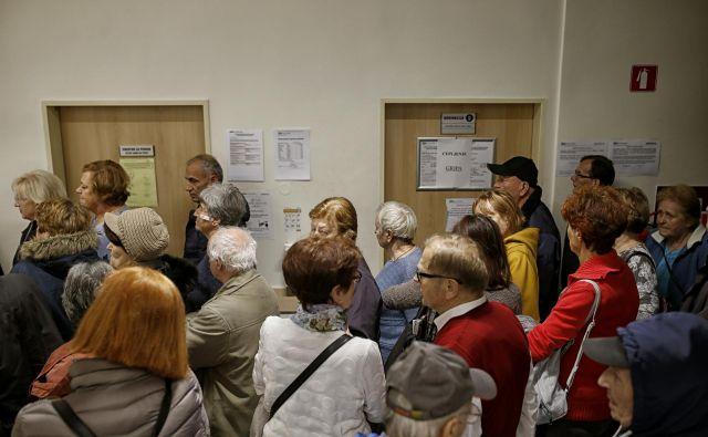 Tako v Sloveniji kot v tujini med ljudmi vlada veliko zanimanje za cepivo, ki je še v fazi razvoja. FOTO: Blaž Samec/Delo