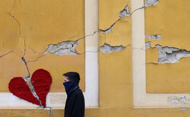 Potres, ki je prizadel Zagreb, je povzročil milijardno škodo. Na fotografiji pleteno srce, ki jih je na poškodovane stavbe v mestu namestila oblikovalka in umetnica Ivona. Foto Reuters