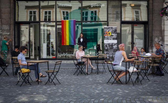 Pred 20 leti je zaplet v Cafe galeriji sprožil ogorčenje, ki je pripeljalo do prve Parade ponosa pri nas. V spomin na to je društvo Parada ponosa pred dnevi na istem mestu pripravilo ulično akcijo. FOTO: Maša Gojič