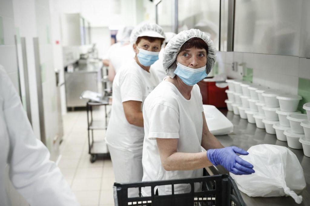 Maske so moteče, a zaposleni se zavedajo njihove pomembnosti