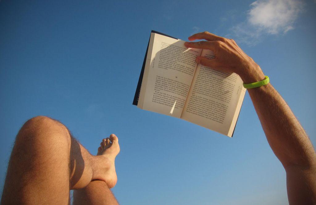 FOTO:Knjige nas odpeljejo na počitnice hitreje kot letala