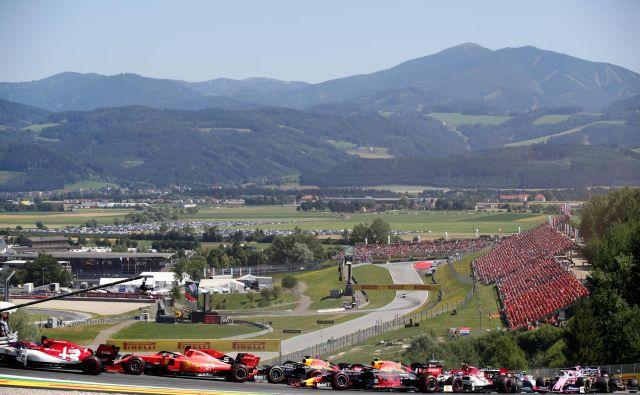Prizor z lanske dirke formule ena v avstrijskem Spielbergu. Letos bodo tekmovali brez navzočnosti gledalcev. FOTO: Lisi Niesner/Reuters
