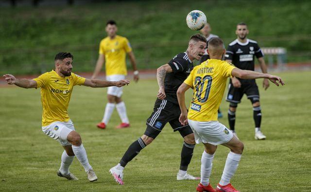 Nogometaši Brava (v rumenem) so prva uspešnica nadaljevanja slovenske nogometne sezone. FOTO: Blaz Samec
