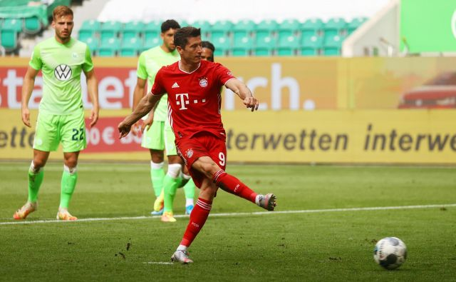 Robert Lewandowski je hladnokrvno dosegel tretji Bayernov gol na gostovanju pri Wolsburgu. FOTO: Kai Pfaffenbach/Reuters