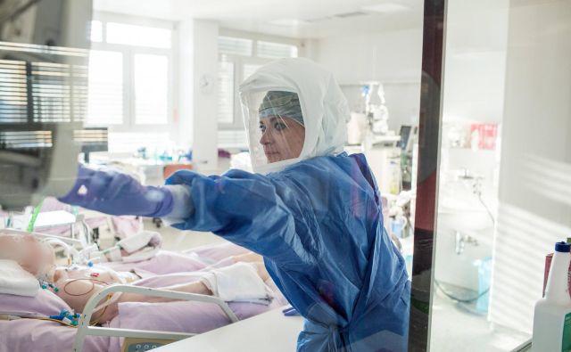 Z odpiranjem meja je tudi primerov okužb več tako pri nas kot v sosednjih državah. FOTO: UKCLjubljana/Matej Povše