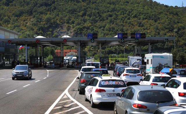Na mejnih prehodih s sosednjimi državami ostaja nadzor prometa in potnikov na kontrolnih točkah. FOTO: Leon Vidic/Delo