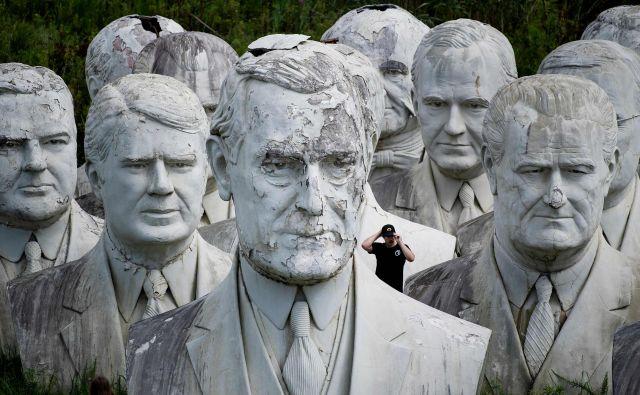 Upokojeni doprsni kipi Woodrow Wilsona in nekaterih drugih nekdanjih predsednikov ZDA v Williamsburgu.Foto Brendan Smialowski Afp