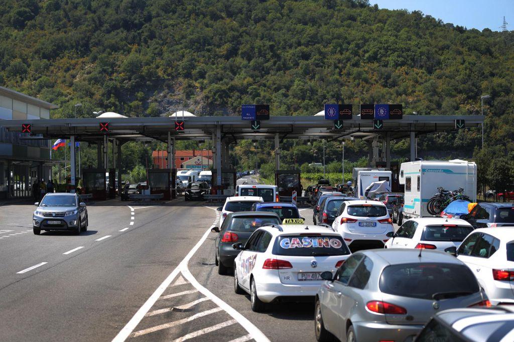 Razmere na cestah se umirjajo, na mejah še kolone