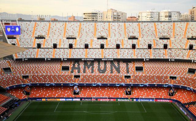 Jeseni bodo igrali nogometne tekme na praznih štadionih, tako je bilo nazadnje tudi na tekmi lige prvakov med Valencio in Atalanto. FOTO: Reuters