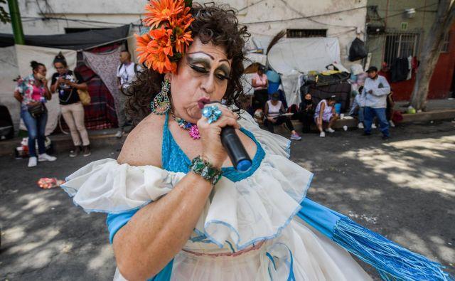 Nastop LGBT aktivistke Sare Lugo aka Lucha Villa na paradi ponosa v Mexico Cityju. Na paradi so pripadniki skupnosti LGBT predstavili program za brezplačne obroke brezdomcev med pandemijo. FOTO: Pedro Pardo/Afp