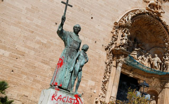 Z napisom rasist so oskrunili spomenik Junípera Serrena Majorki. FOTO: Enrique Calvo/Reuters