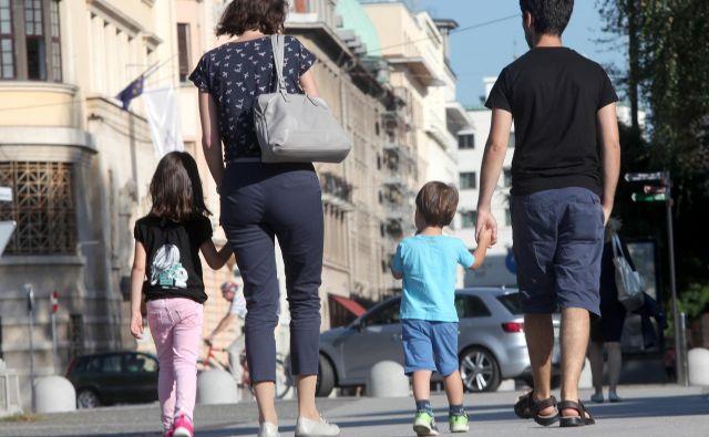 Okoli 200.000 družin z enim ali dvema otrokoma bo danes prejelo solidarnostni dodatek, malo več kot 28.000 družin s tremi otroki ali več ga je dobilo maja. FOTO: Mavric Pivk/Delo