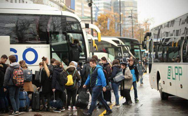 Z jutrišnjim dnem stopijo v veljavo brezplačne vozovnice za javni potniški promet za starejše, invalide in vojne veterane. FOTO: Jure Eržen/Delo