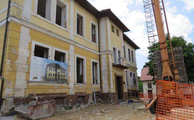 Pred dotrajano nekdanjo osnovno šolo v Višnji Gori, ki je bila zgrajena leta 1906, so gradbinci postavili ogromno dvigalo in začeli z obnovo. FOTO: Bojan Rajšek/Delo