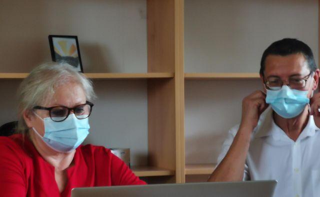 Biserka Marolt Meden in Andrej Pleterski iz Srebrne niti, združenja za dostojno starost, na tiskovni konferenci. FOTO: Milena Zupanič