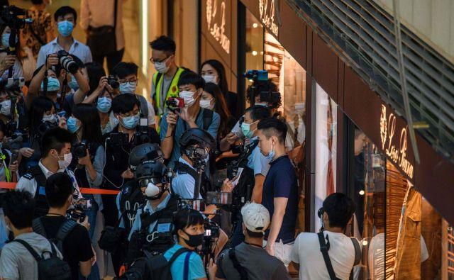 Policija preiskuje protivladne protestnike v središču Hongkonga. Foto: Anthony Wallace/Afp