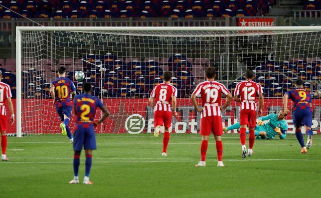 Lionel Messi je v 50. minuti s »panenko« prelisičil Oblaka pri izvedbi enajstmetrovke. FOTO: Albert Gea/Reuters